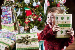Enfant-sapin-Noël-cadeau