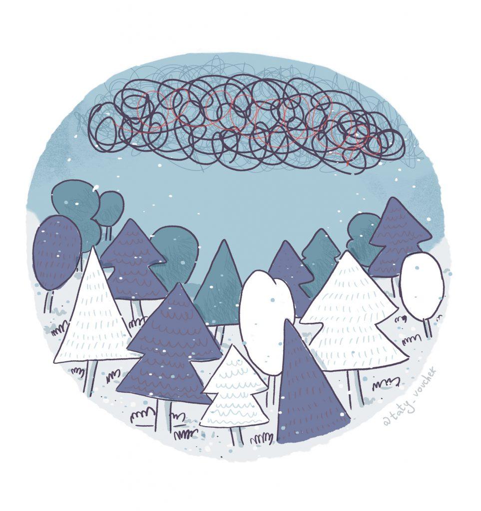 Une forêt vide et enneigée sous un ciel nuageux.