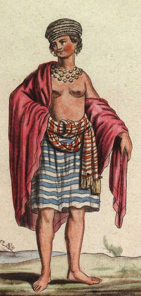 Portrait en pied d'une personne représentant le bon sauvage : tuniques colorés sur les épaules, nombreux bijoux et pieds nus.
