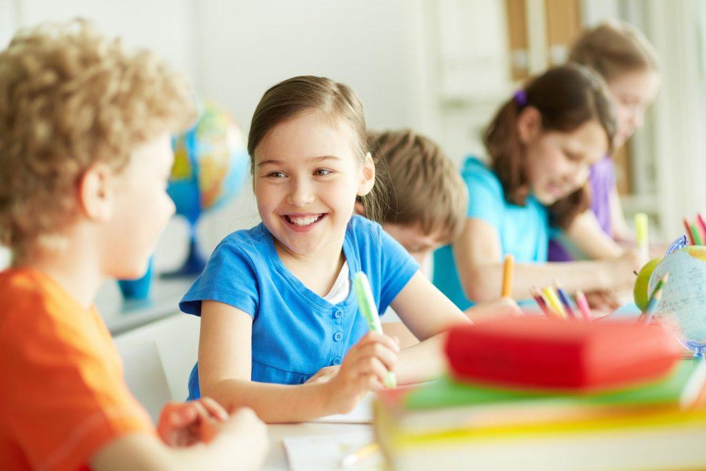 des enfants joyeux et souriants