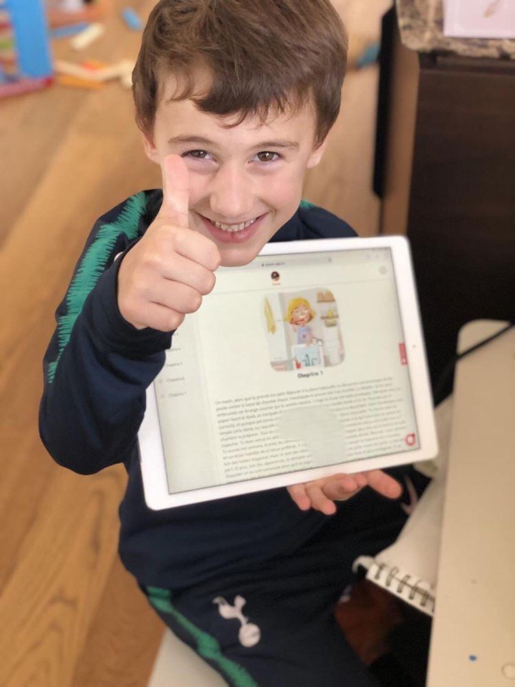 un petit garçon avec une tablette